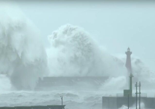 Biggest Crashing Waves Ever Filmed?