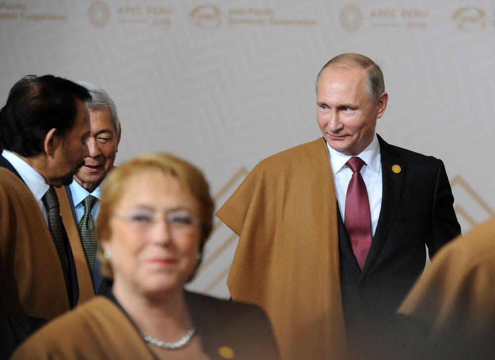 Os líderes dos 21 países que participaram do Fórum de Cooperação Econômica da Ásia e do Pacífico (APEC), em Lima, vestidos com uma manta feita da fibra da vicunha, o tecido mais fino e simbólico do Peru