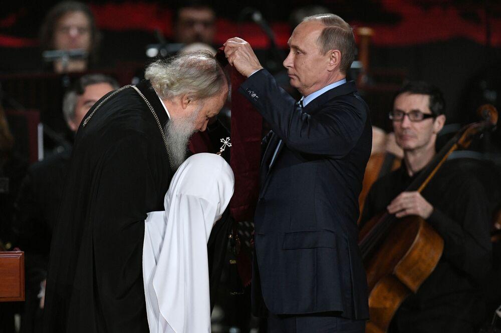 O presidente russo, Vladimir Putin, entrega para o Patriarca Kirill  a Ordem do Mérito para a Pátria de 1ª classe, durante a cerimônia dedicada ao aniversário do clérigo, celebrada na Catedral de Cristo Salvador de Moscou