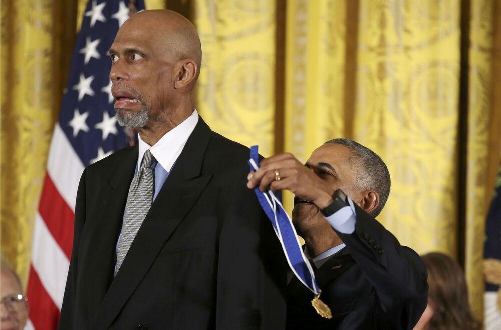 O presidente dos Estados Unidos, Barack Obama, concede a Medalha Presidencial da Liberdade a Kareem Abdul-Jabbar, estrela da NBA, durante cerimônia realizada na Sala Leste da Casa Branca, em Washington, em 22 de novembro de 2016