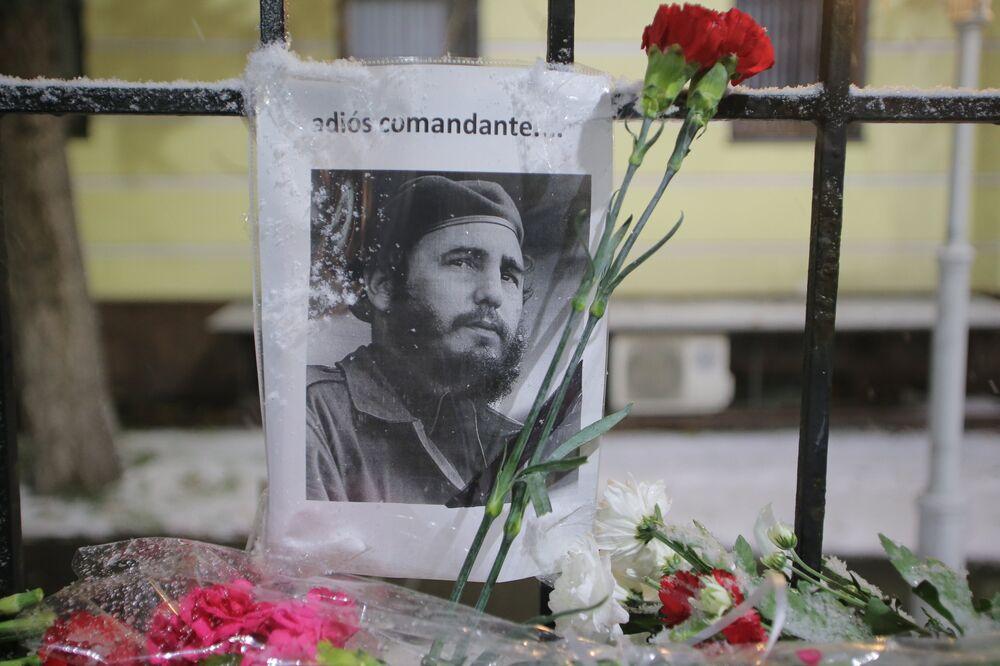 Moscovitas se despedem de Fidel Castro perto da  Embaixada de Cuba em Moscou