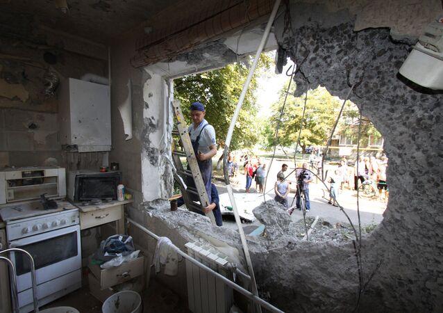 Um apartamento no prédio de 5 andares quase destruido por ataques aéreos das Forças Armadas da Ucrânia, em Yasinovataya, Donbass.
