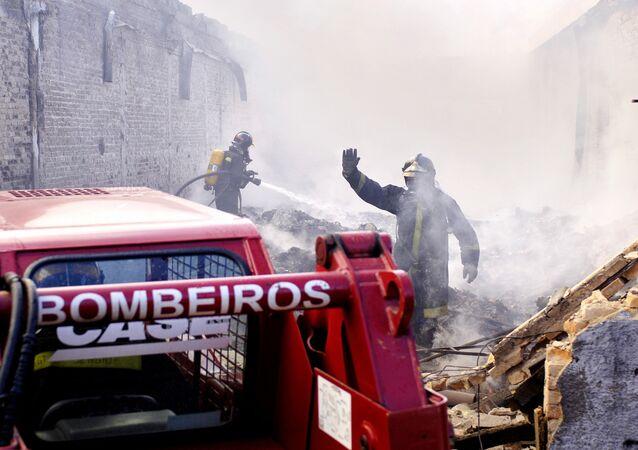 Bombeiros lutam contra incêndio em uma fábrica de têxteis em São Paulo em 31 de maio de 2005