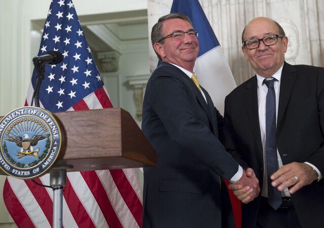 Ashton Carter e Jean-Yves Le Drian em Washington, nesta segunda-feira, 28 de novembro