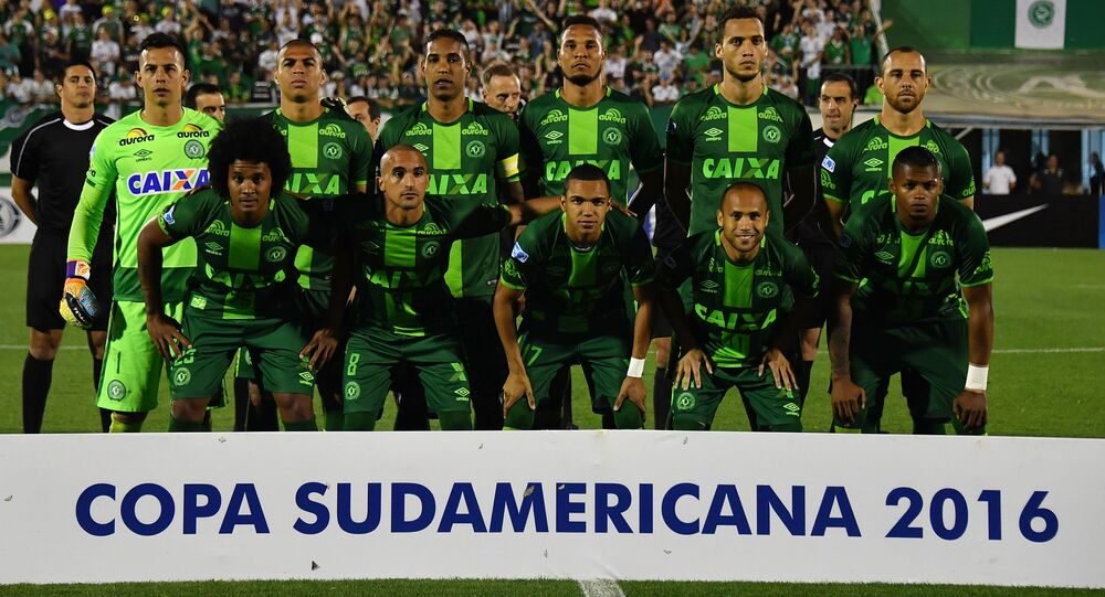 Os jogadores brasileiros da equipe Chapecoense posam ao ser fotografados após uma partida com a equipe argentina San Lorenzo, na Copa Sul-Americana 2016, em 23 de novembro de 2016