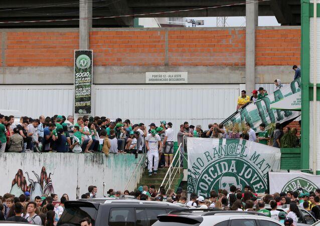 Torcedores da Chapecoense reúnem-se perto do estádio Arena Conda em Chapeco depois da notícia sobre acidente aéreo na Colômbia, Brasil, 29 de novembro de 2016