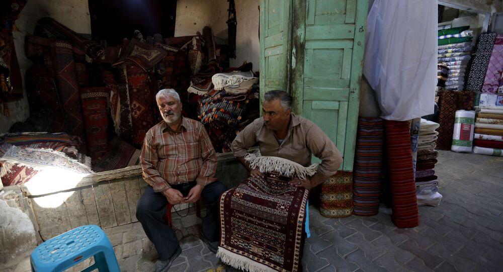 Vendedores de tapetes estão esperando compradores no bazar no Sul do Irã, 15 de agosto de 2016