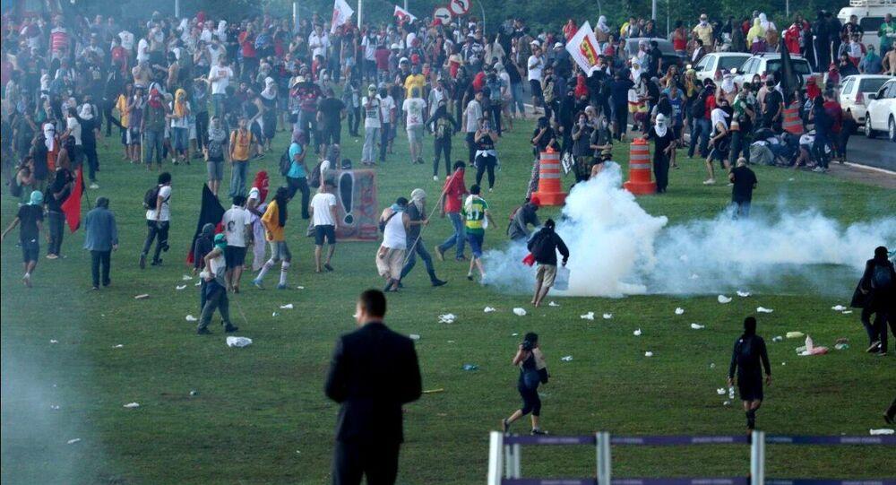 Polícia reprime com bombas de gás protesto de servidores, professores e estudantes no Congresso Nacional