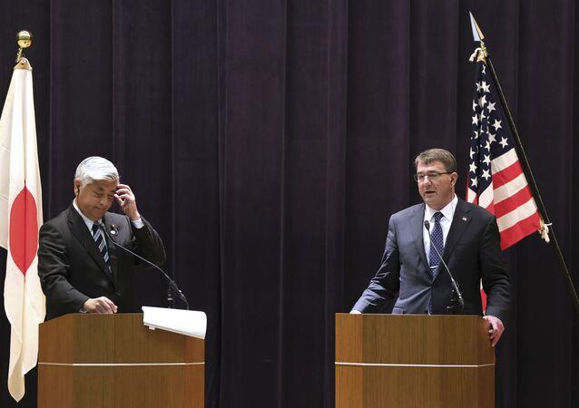 Gen Nakatani e Ashton Carter, respectivamente, ministro da Defesa do Japão e secretário de Defesa dos EUA