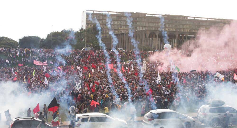PEC do Teto dos Gastos Públicos foi aprovada em meio a protestos e confrontos em Brasília