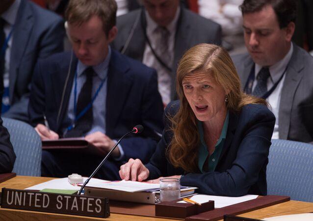 Embaixador dos Estados Unidos na ONU, Samantha Power, faz um discurso durante uma reunião de emergência do Conselho de Segurança da ONU sobre a situação na Síria, Nova York, EUA, 25 de setembro de 2016