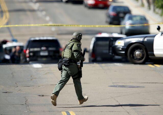 Oficial da SWAT participa de um tiroteio em San Diego, Califórnia, 4.10.2015 (Arquivo)