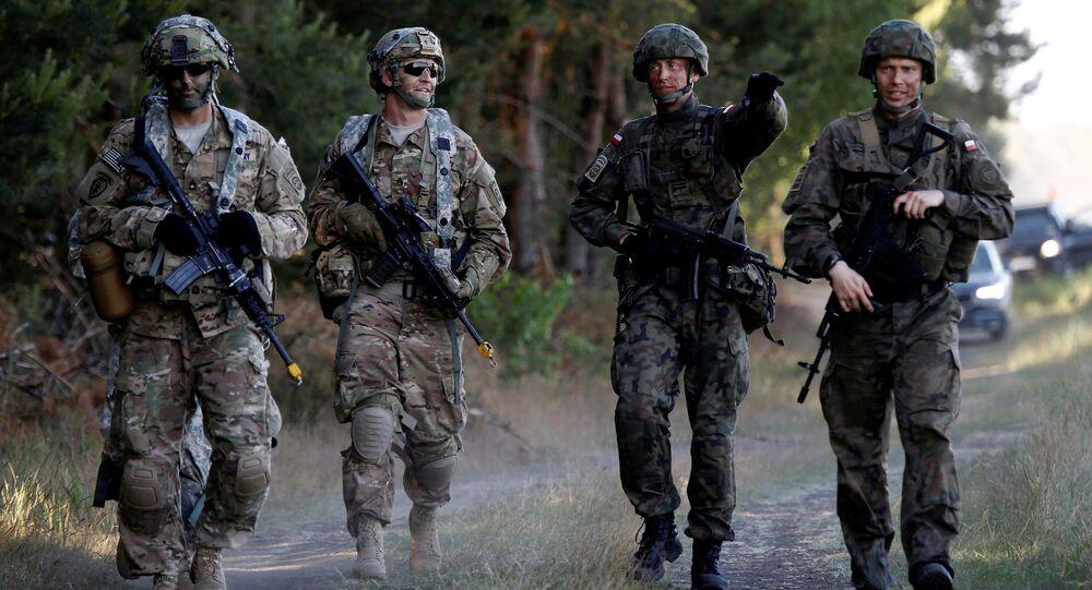 A brigada polonês junto aos soldados da divisão norte-americana durante as manobras Anakonda 16 da OTAN, na Polónia