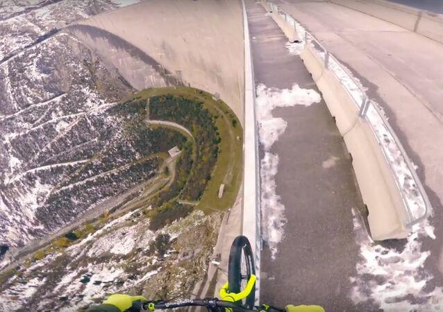Equilíbrio em bicicleta a 200 metros de altura
