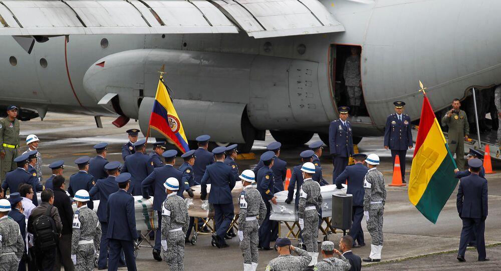 Corpos de vítimas da Chapecoense são levados para aviões da FAB