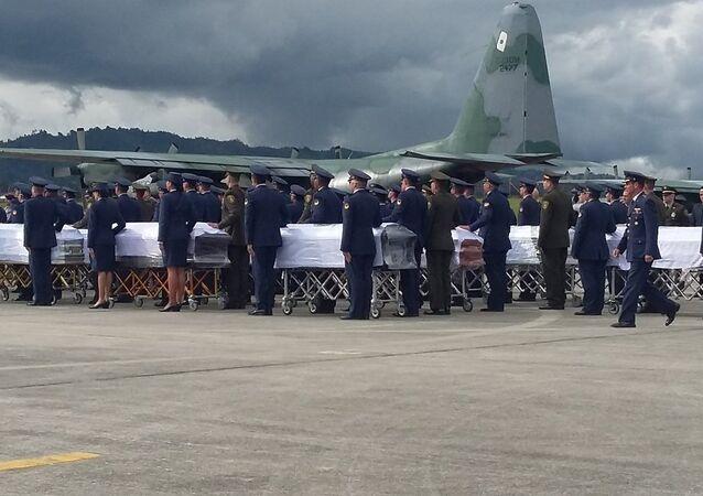 Corpos dos mortos no acidente com o avião do Chapecoense são embarcados em avião da FAB com destino ao Brasil