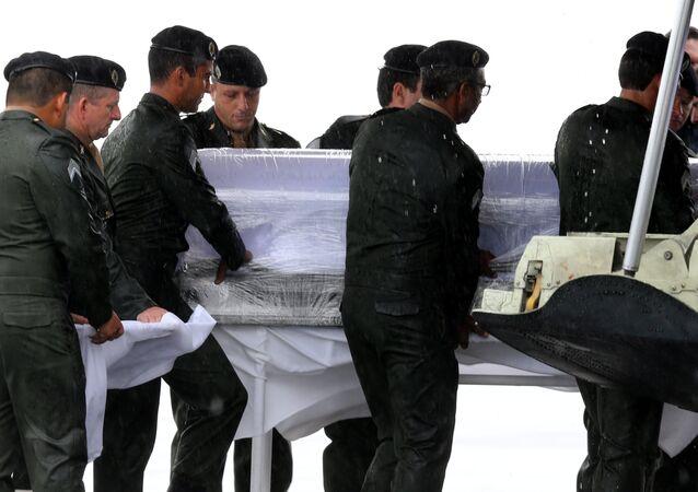 A retirada dos caixões com corpos das vítimas do acidente aéreo no aeroporto de Chapecó