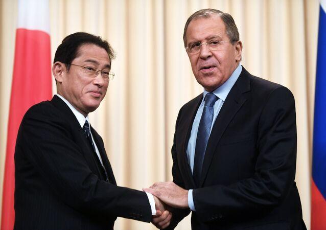 O chefe da chancelaria russa Sergei Lavrov durante encontro com o seu homólogo japonês Fumio Kishida, 3 de dezembro de 2016