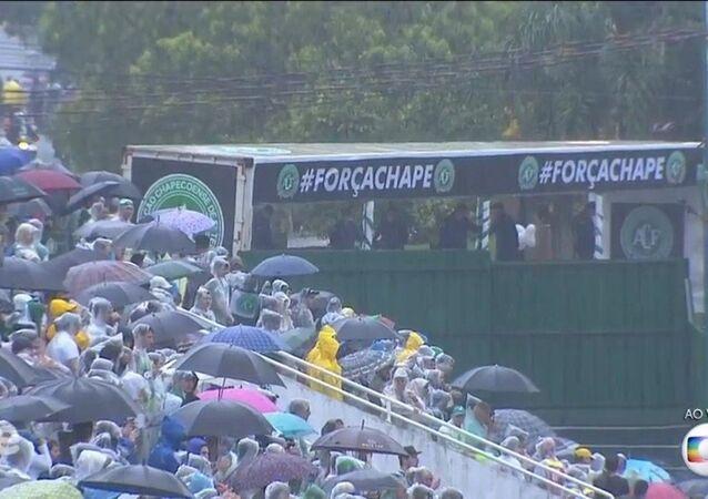 Carretas com corpos dos jogadores da Chapecó chegam à Arena Condá