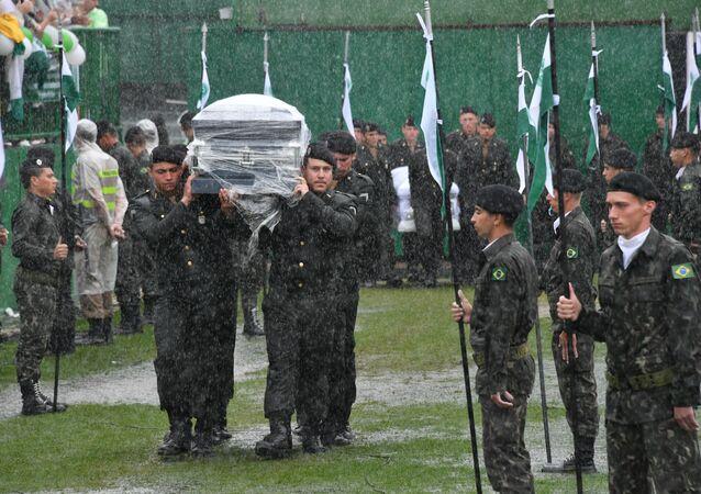 Militares levam os corpos até o centro do gramado e prestam homenagens aos parentes das vítimas