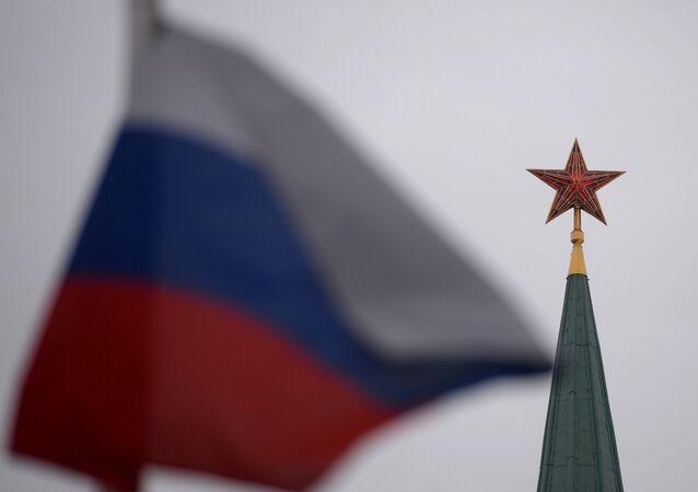 Pico do Kremlin e bandeira russa na Praça Vermelha, em Moscou, Rússia