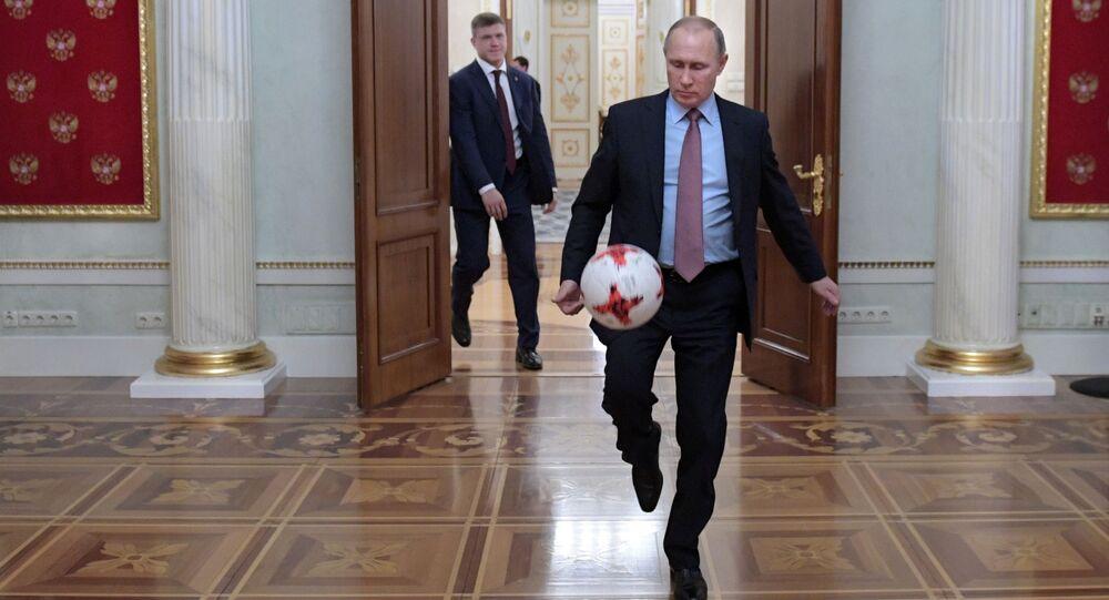 Presidente da Rússia, Vladimir Putin joga bola no Kremlin depois do encontro com presidente da FIFA, Gianni Infantino