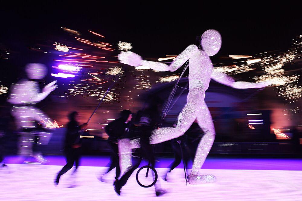 Apresentação do teatro de luzes alemão DUNDU na abertura da época em pista de patinagem em Moscou