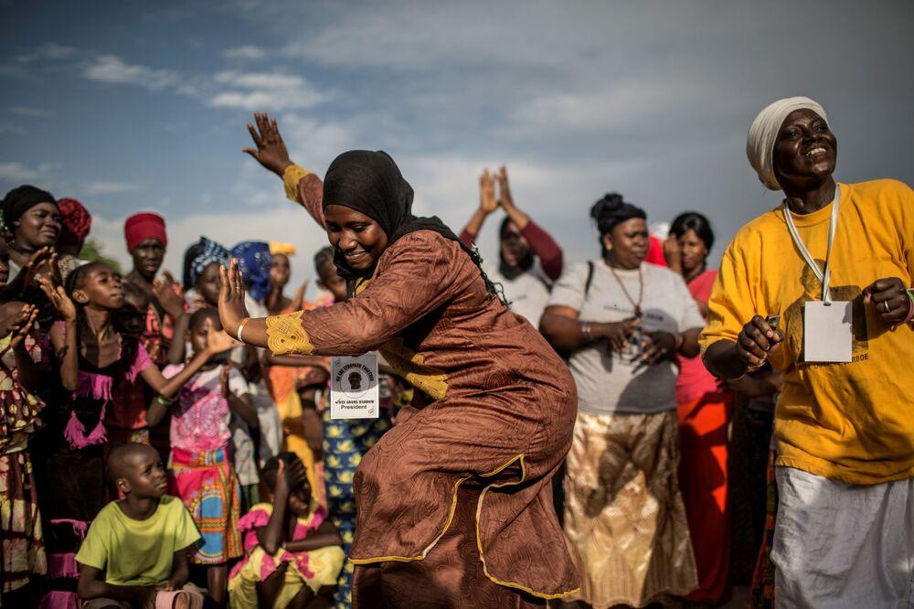 Partidários de Adama Barrow dançam durante comício político em Vélingara no Senegal