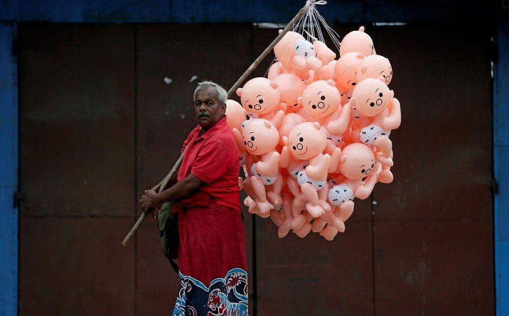 Vendedor de balões em uma das ruas de Colombo, Sri Lanka