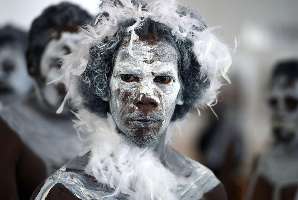 Homem em trajo tradicional de aborígenes australianos na manifestação intitulada Braços Contra Violência Doméstica (Arms Against Domestic Violence) em Canberra, Austrália