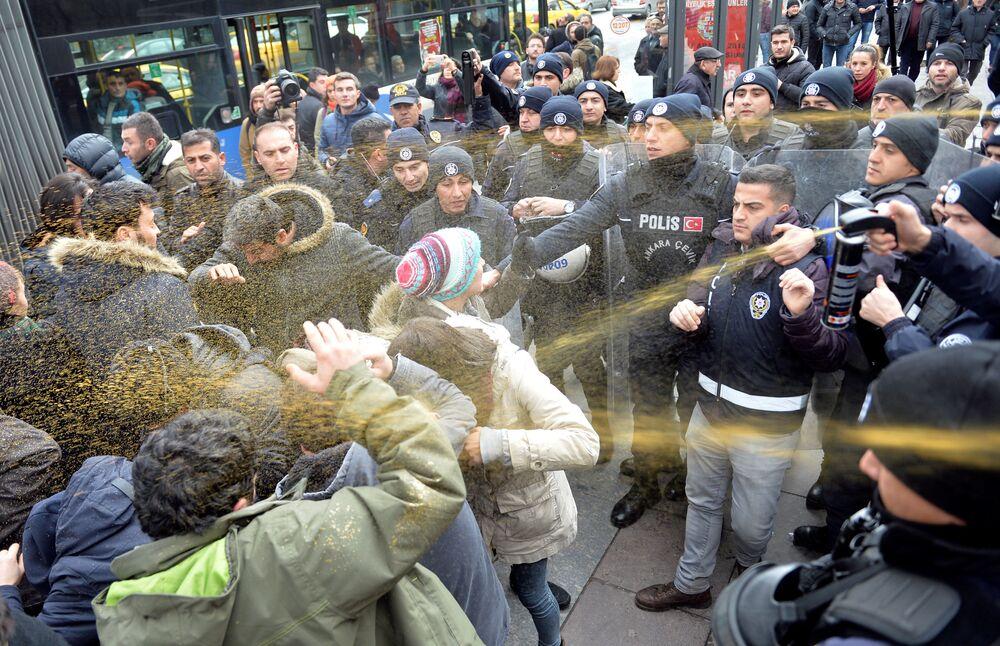 Polícia usa gás de pimenta contra manifestantes na capital da Turquia, Ancara