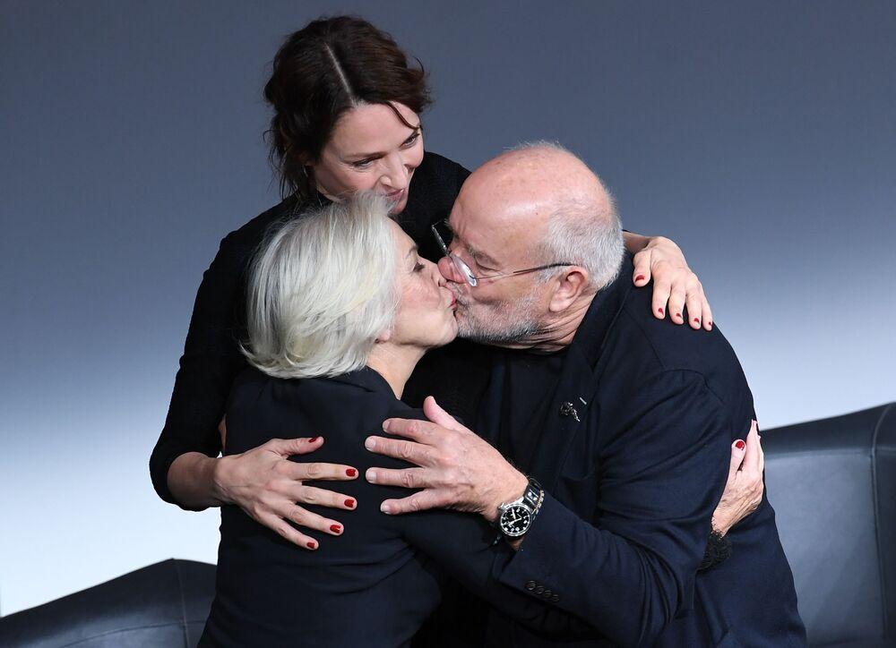 Atrizes Helen Mirren e Uma Thurman com fotógrafo Peter Lindbergh na apresentação do calendário Pirelli 2017