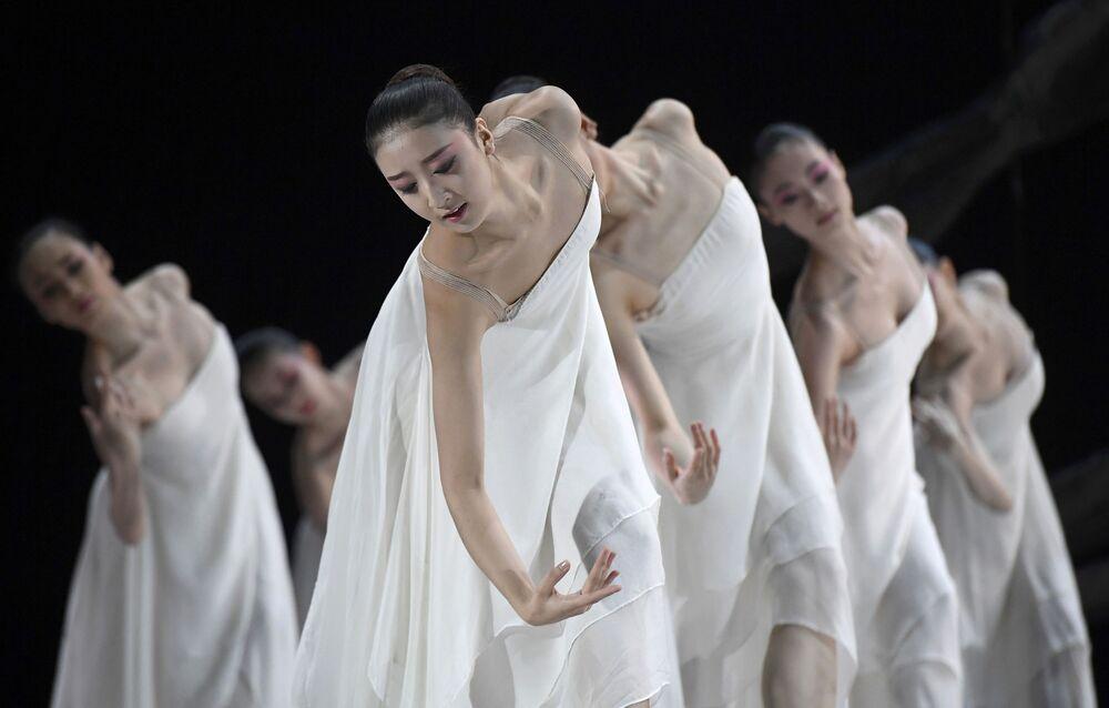 Bailarinas do ballet nacional chinês no palco em Londres