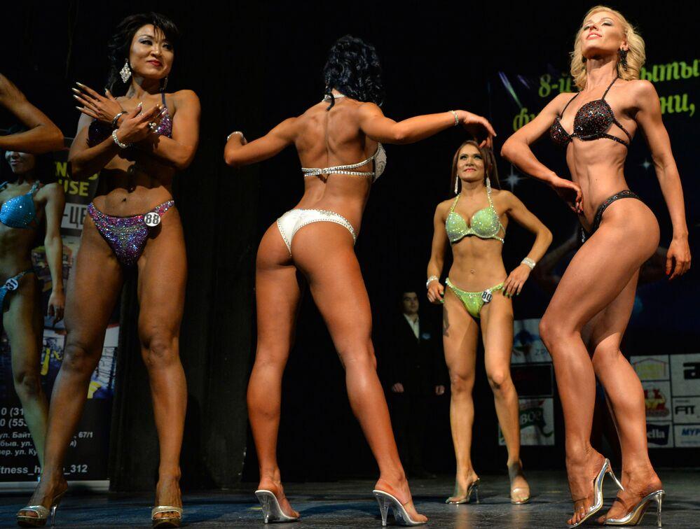 Participantes do concurso de bodybuilding em Bishkek, Quirguistão