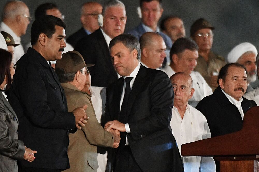Presidente da Duma de estado, Vyacheslav Volodin com Raúl Castro durante comício em memória de Fidel Castro, líder cubano falecido em 25 de novembro
