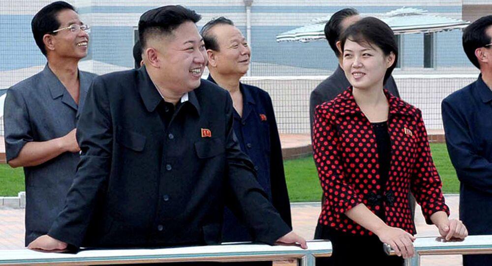 Líder da Coreia do Norte Kim Jong Un acompanhado pela sua esposa Ri Sol-Ju, Pyongyang