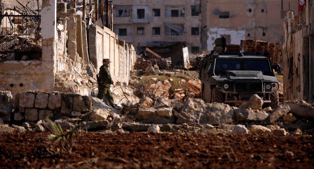 Um soldado russo se aproxima de um veículo militar no bairro de Hanono, controlado por forças governamentais de Assad, em Aleppo, na Síria, em 4 de dezembro de 2016