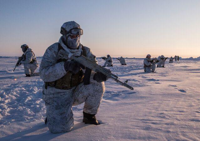 Exercícios de uma unidade para operações especiais da República da Chechênia perto do  Polo Norte