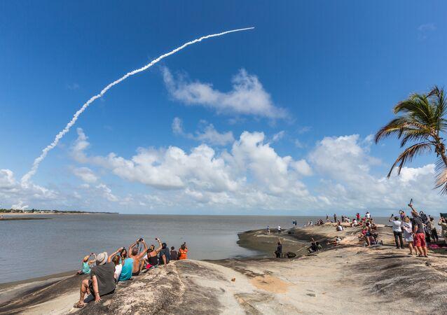 Pessoas filmando laçamento de satélites a partir do Centro Espacial de Kourou na Guiana Francesa, 17 de novembro de 2016