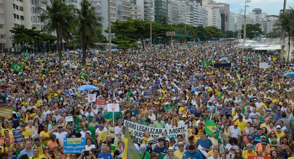 Manifestação na orla da praia de Copacabana, em defesa da Operação Lava Jato