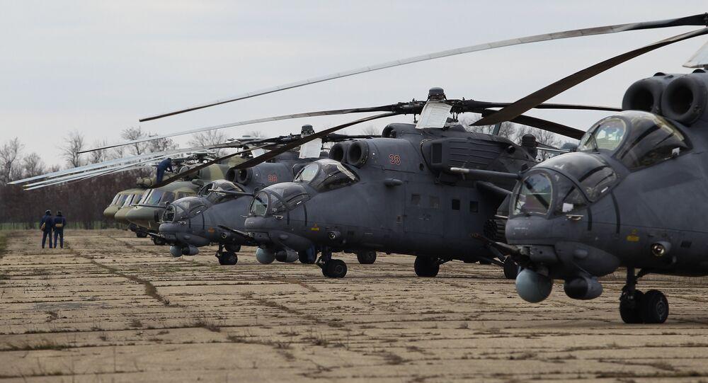 Helicópteros russos Mi-35M e Mi-8AMTSh (foto de arquivo)