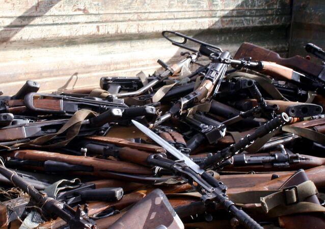 Cerca de 133 armas estão sendo carregadas em um caminhão, no Acampamento Base de Rajlovac, perto de Sarajevo, 05 de dezembro de 2005
