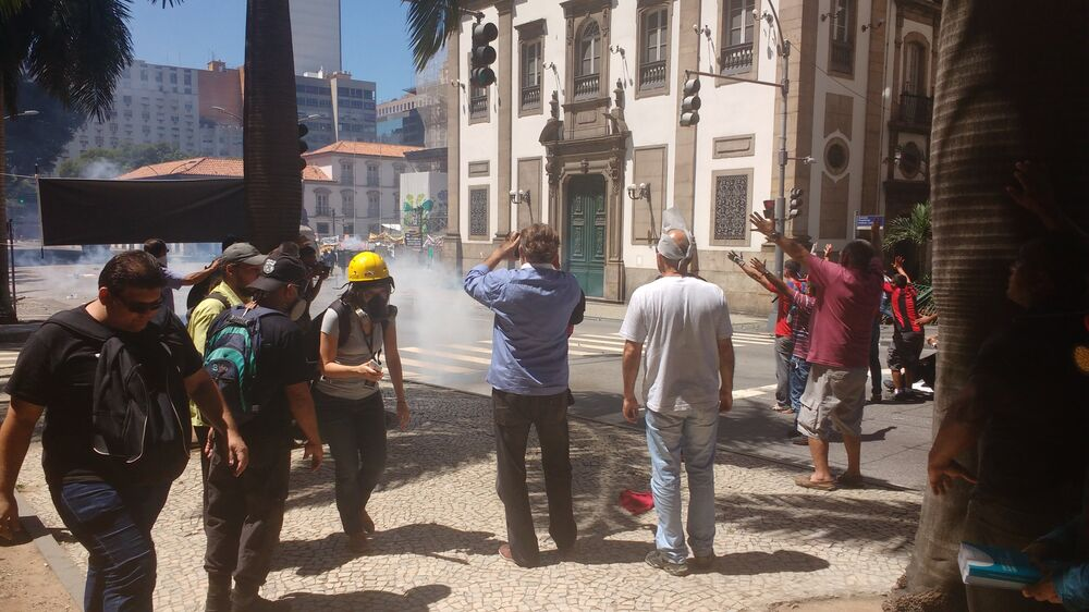 Polícia lança bombas de gás contra manifestantes e jornalistas - 06/12/2016