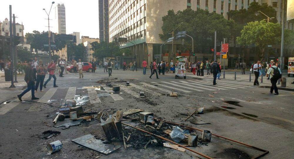 Manifestantes contra o pacote de austeridade do Governo do Estado montaram barricadas no centro do Rio de Janeiro durante todo o dia