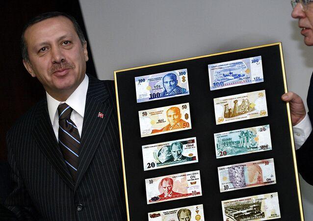 Presidente da Turquia Recep Tayyip Erdogan com os novos exemplos da lira turca