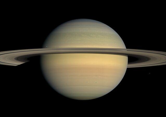 Vista por Saturno, imagem tirda pela sonda Cassini