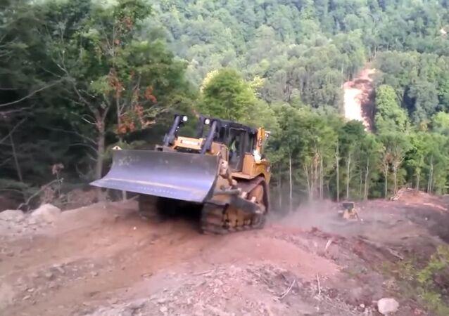 Motoristas de tratores dão ré em montanha perigosa
