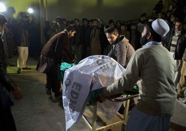 Voluntários ajudam a transportar corpos das vítimas do acidente aéreo da Pakistan International Airlines  para um necrotério em Abbottabad, no Paquistão