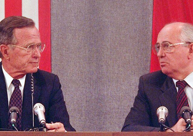 Presidente dos EUA, George Bush, e presidente da União Soviética, Mikhail Gorbachev