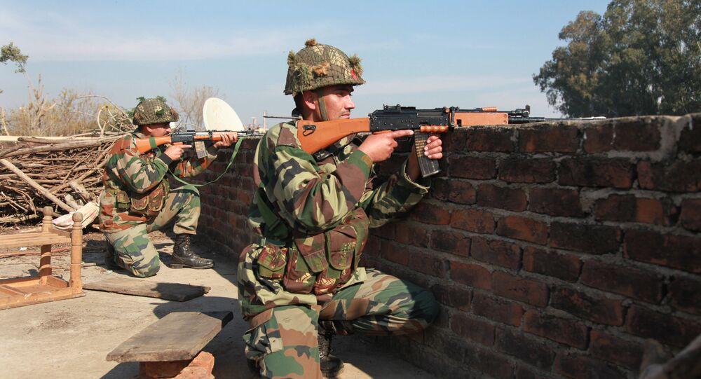 Militares indianos tomam posições em um telhado de um edifício fora da base aérea indiana em Pathankot, 430 quilômetros (267 milhas) ao norte de Nova Deli, India, sábado, 2 de janeiro de 2016